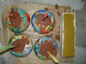 Dit worden de vier bollen waarop de kast komt te staan. Rechts het eerste beeldje, nog in de mal.